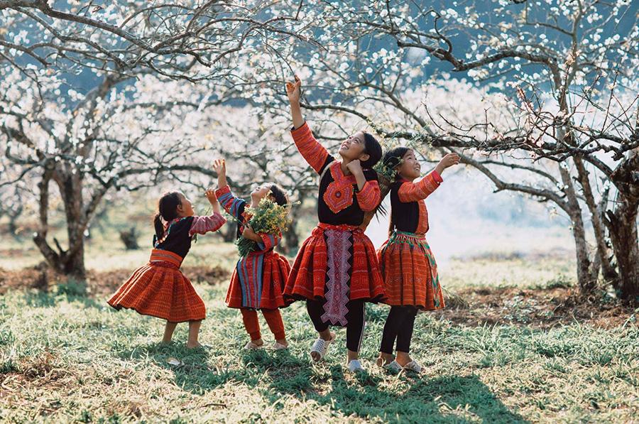 Flower Hmong children